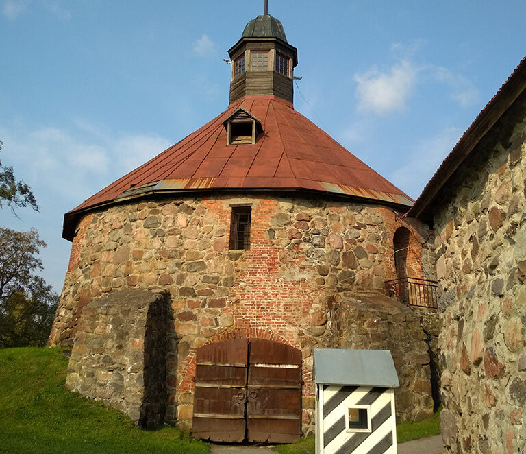 Круглая воротная башня крепости Корела