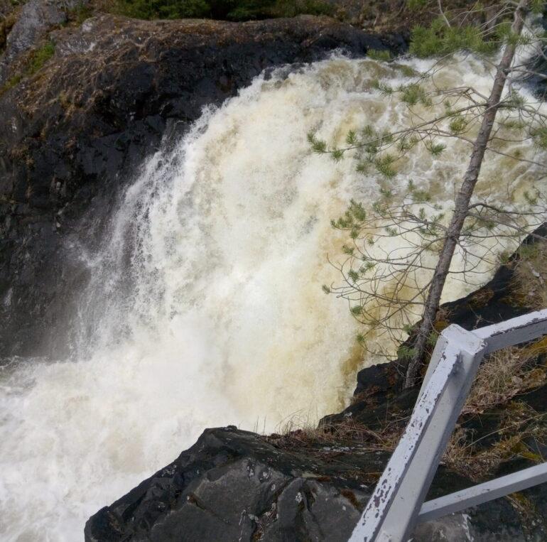 На какой реке находится водопад Кивач