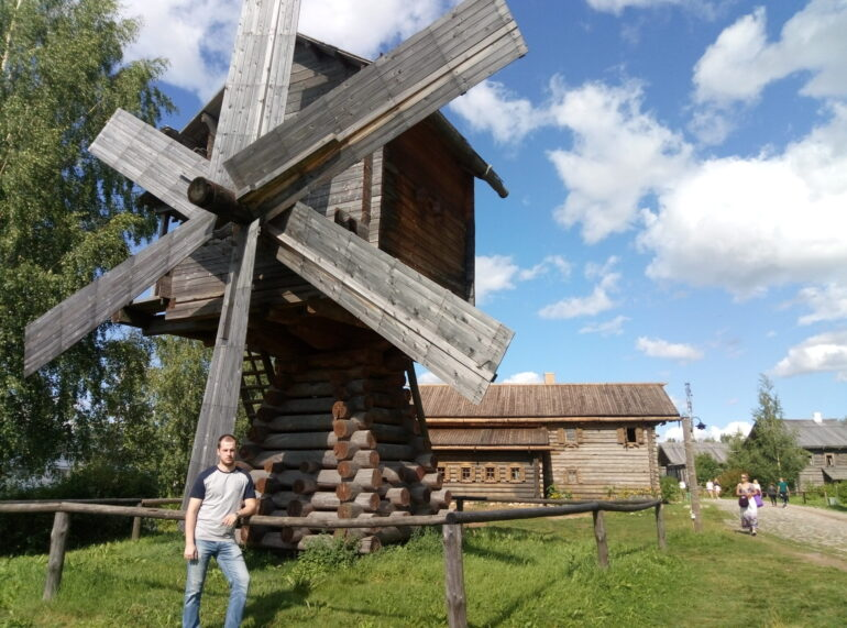Ветряная мельница в деревне Мандроги