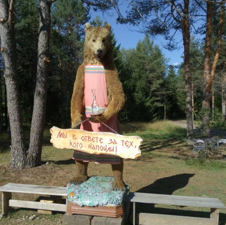 Чучело медведя у музея водки