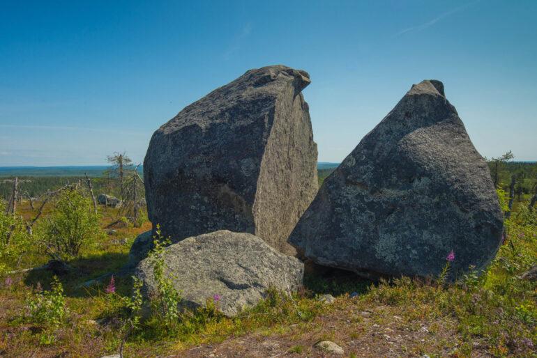 Камни на вершине горы
