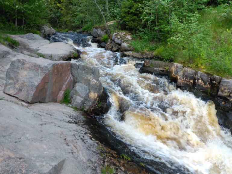 Узкий желоб нижнего водопада