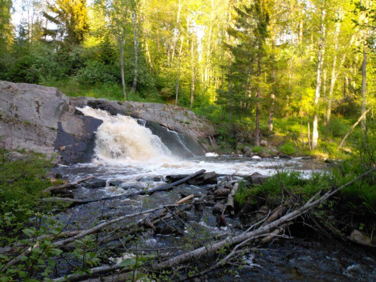 Нижний водопад Койриноя в Карелии